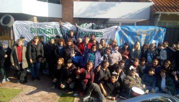 """Las delegadas de la fábrica de Mielcitas tomaron la empresa y esperan """"alguna solución""""."""